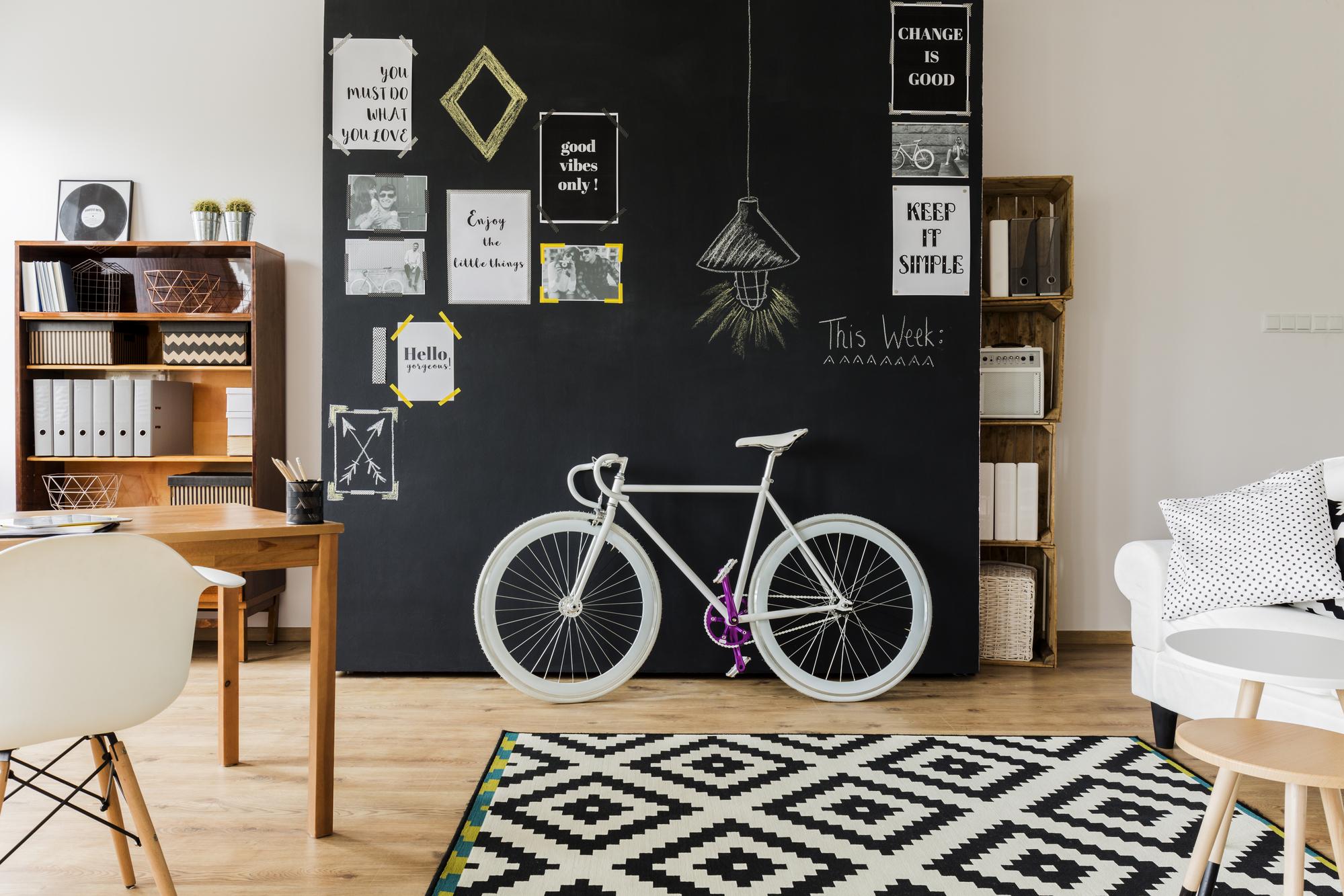 Pynt boligen med farverige plakater