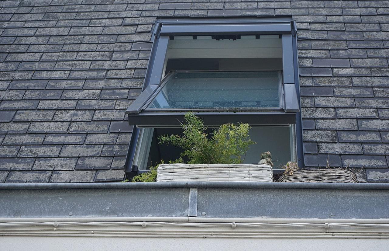 Åbent vindue ved taget