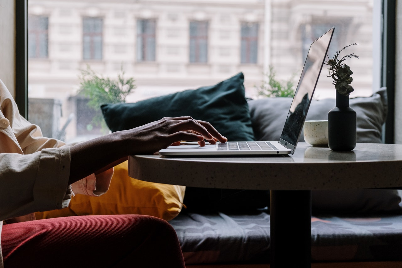 Person sidder med computer og skriver
