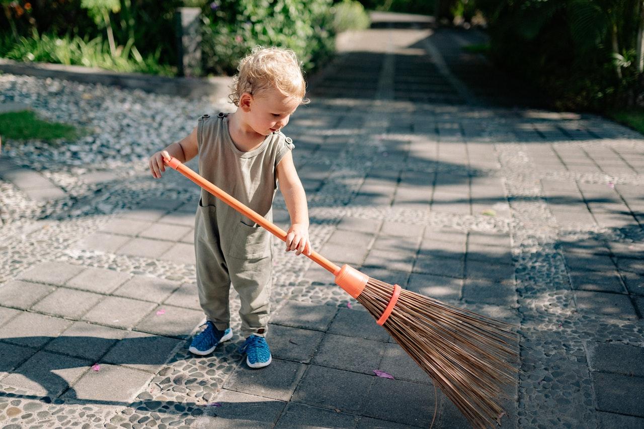 Barn fejer i haven