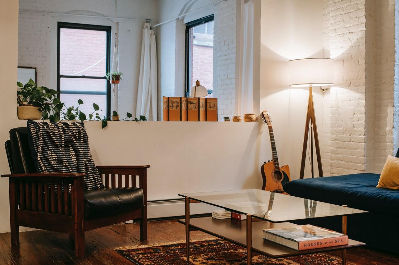 Behagelig stue med moderne møbler