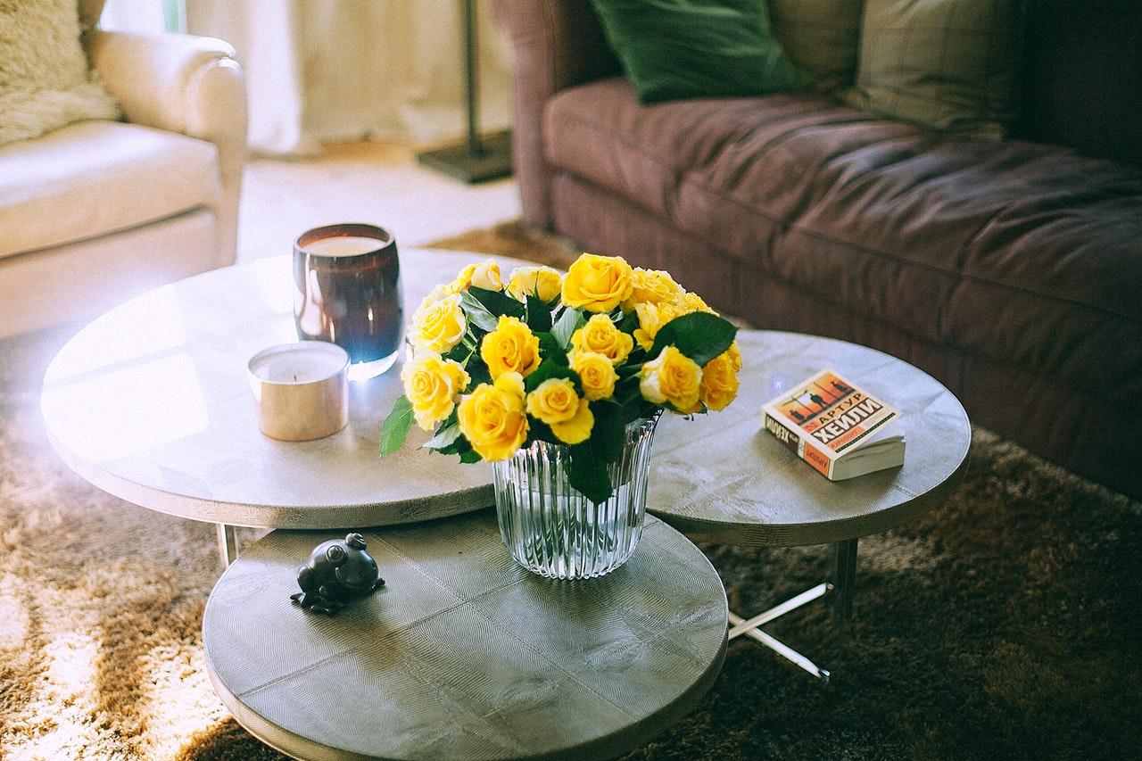 Flotte gule blomster i midten af stue