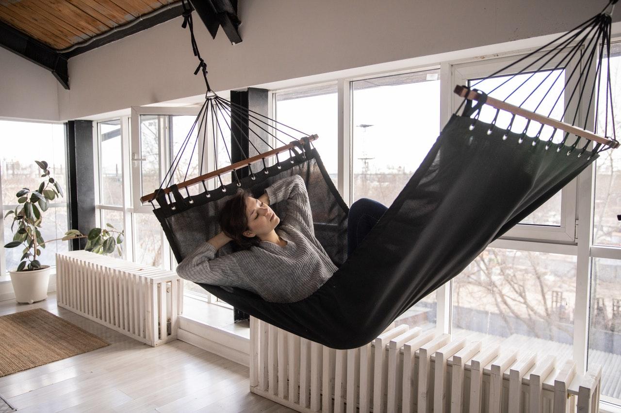 Kvinde ligger i hængekøje